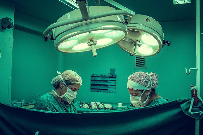 Powikłania pooperacyjne – czy lekarz może im zapobiec?